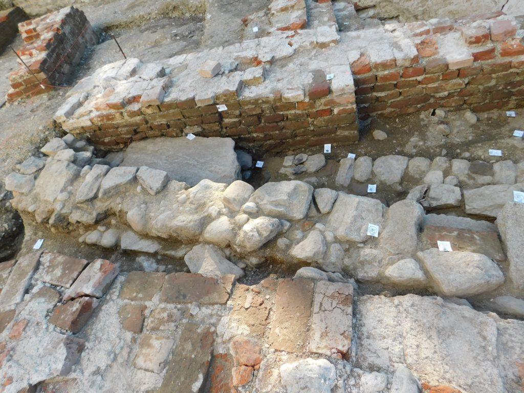 Mauer aus der Graf Sigmund Zeit trifft den Vorgängerbau