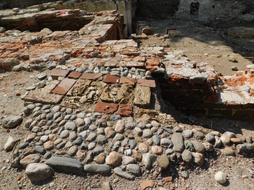 Detail des Hofplasters beim Eingang in den Pallas